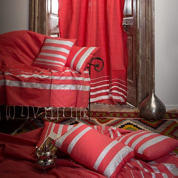 jet de canap 2 x 3m fond rouge et rayures argent is1. Black Bedroom Furniture Sets. Home Design Ideas